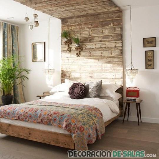 dormitorio con pared rústica