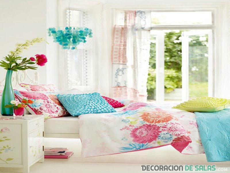 dormitorio en blanco con textiles de colores