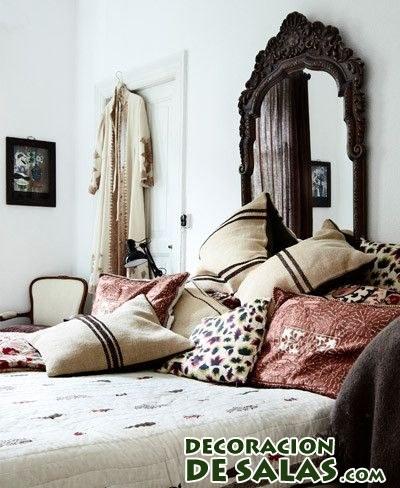 dormitorio étnico con cojines estampados