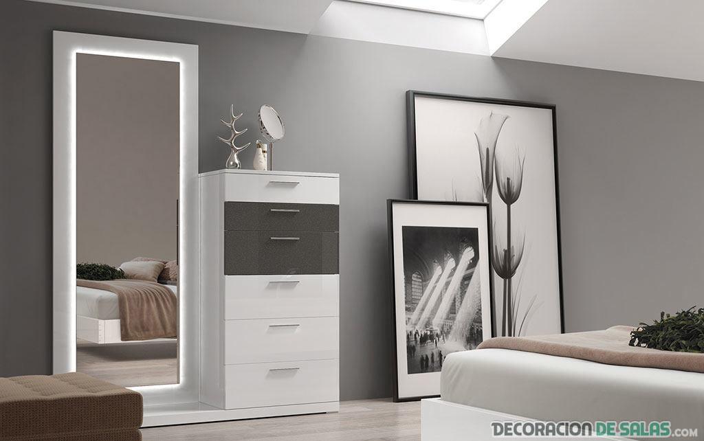 espejos y cuadros de pie en dormitorio