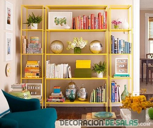 estantería del salón en color amarillo