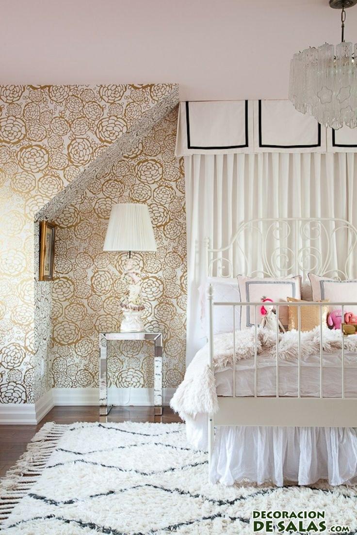 habitación con cama de forja y paredes de color