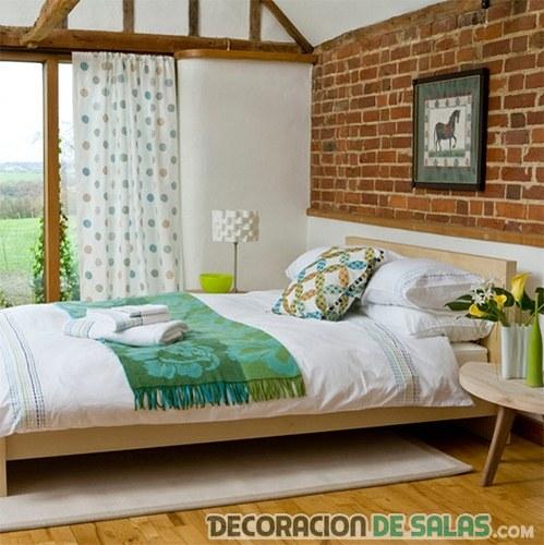 habitación pared ladrillo y vigas de madera