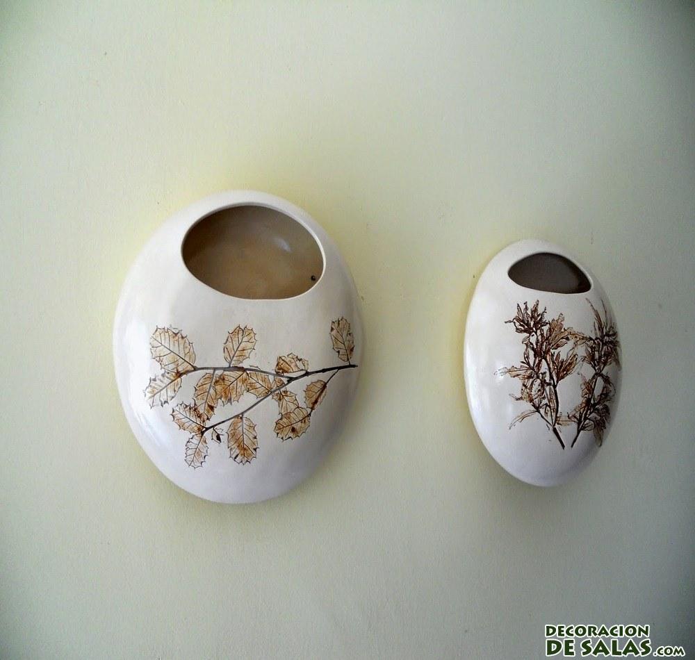 jarrones de cerámica en la pared