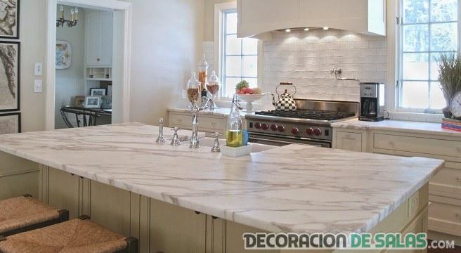 marmol en la encimera de la cocina