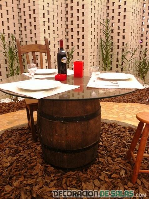 mesa de cristal con barriles reciclados