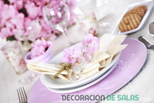 mesa en violeta con flores