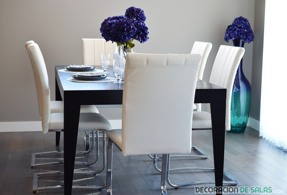 mesa pequeña de comedor y sillas