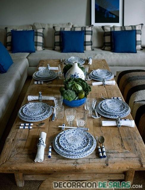 mesa rústica con platos en azul