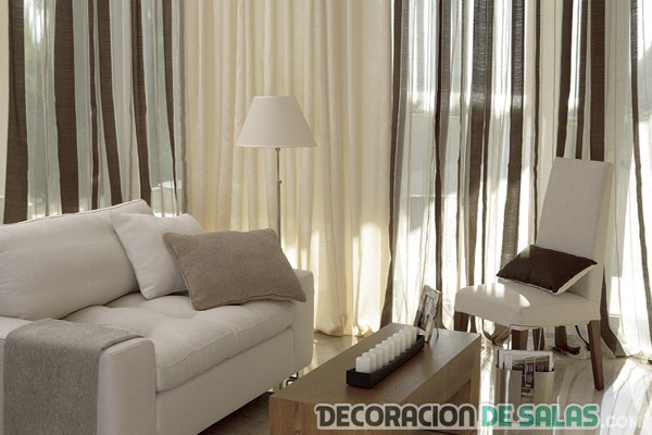 muebles y cortinas marrones