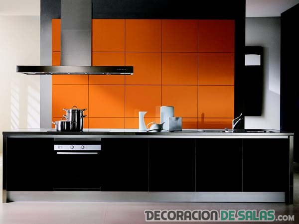 pared de la cocina en color naranja