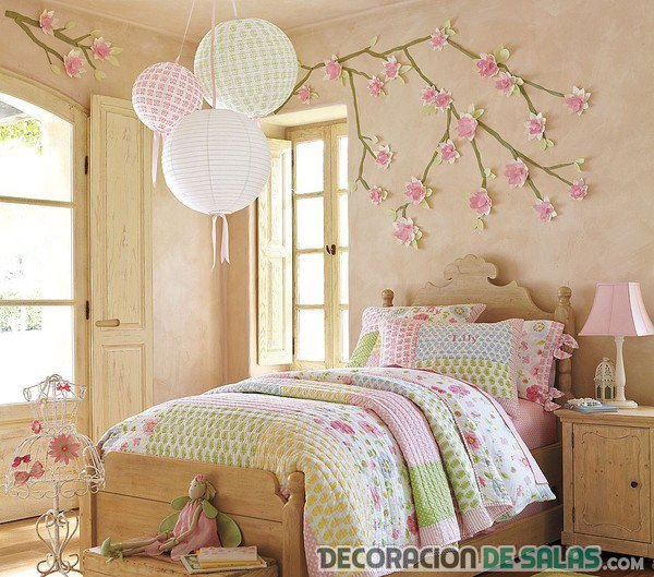 pared decorada con ramas y flores