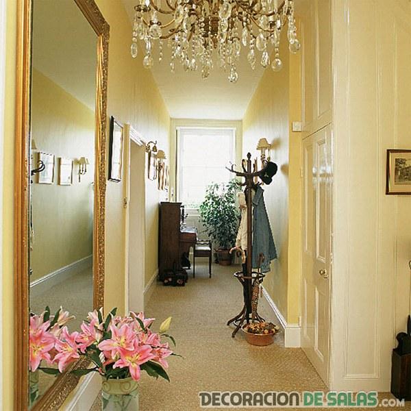 pasillo estrecho con espejos
