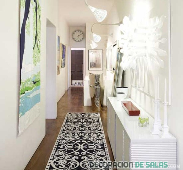 pasillo estrecho con mueble en blanco