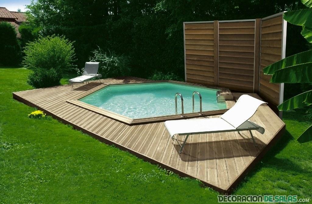 piscina en césped con tumbonas