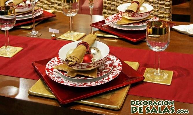 platos en la mesa de navidad