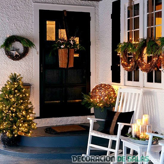 puerta con decoración navideña y luces