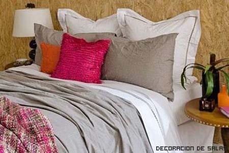 ropa de cama gris y fucsia