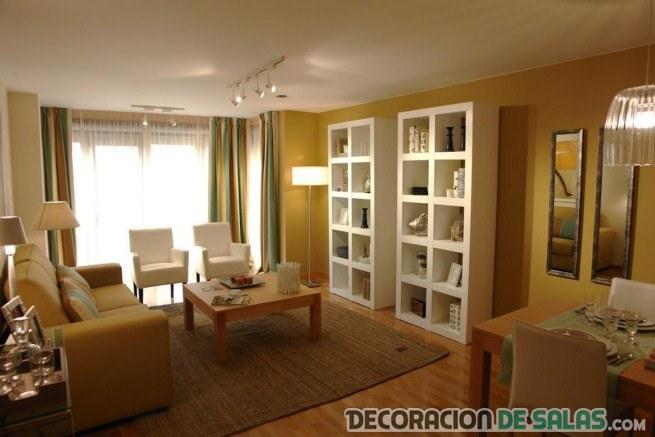 sala amplia con librerías