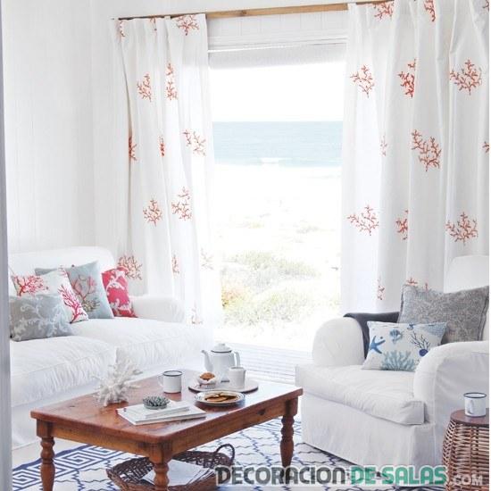 sala blanca con cortinas estampadas