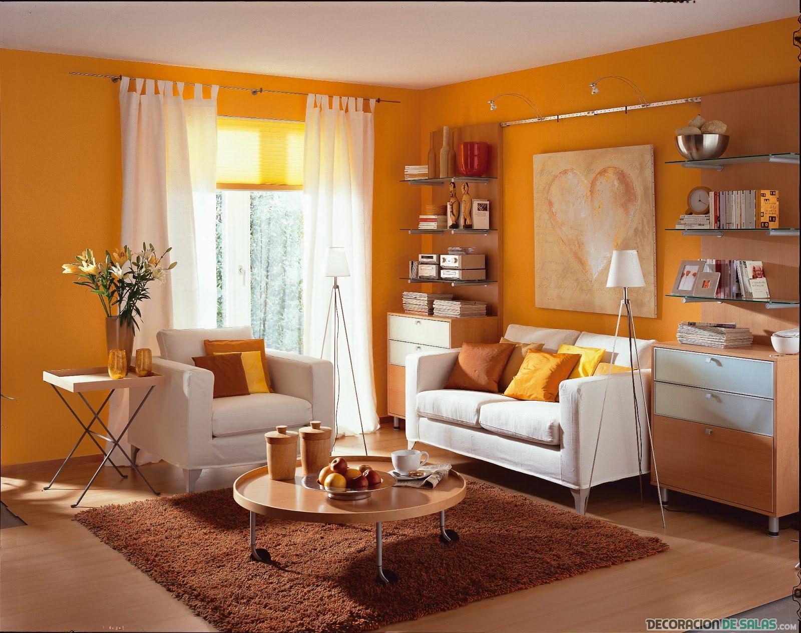 sala con pared en color naranja