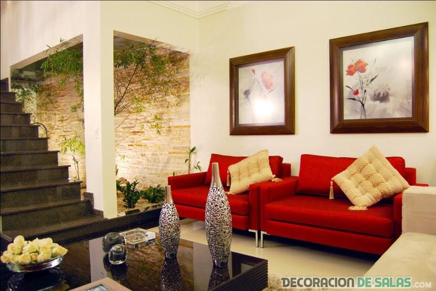 sala con sofás en color rojo