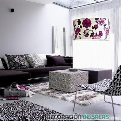 sala femenina con lámpara estampada