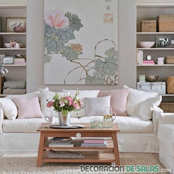 sala pastel con sofá blanco