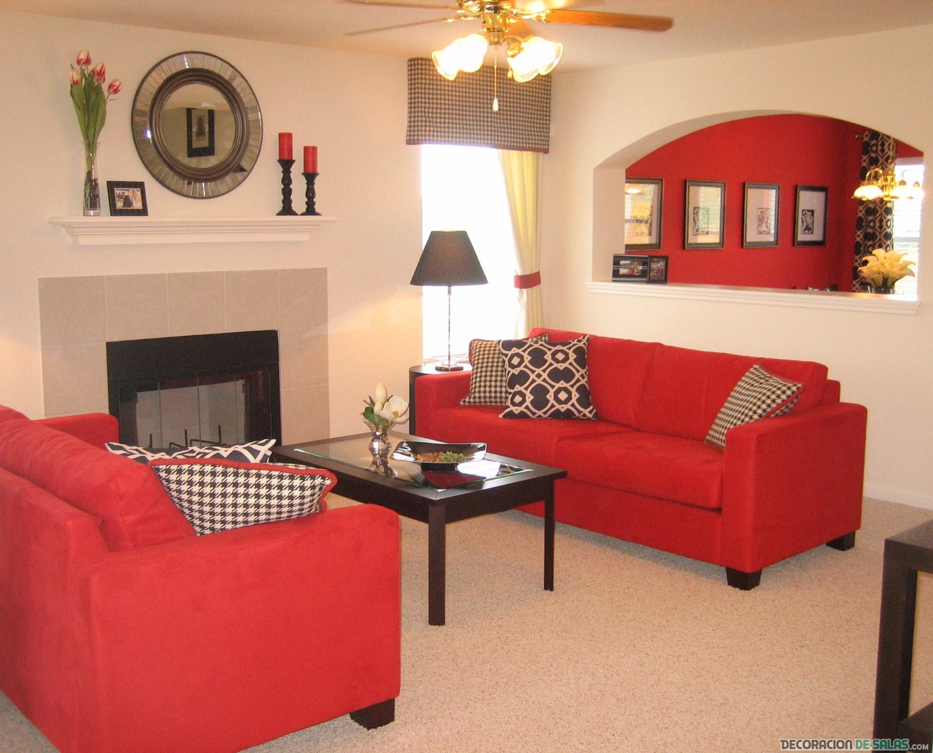 sala pequeña con pared y sofá en rojo