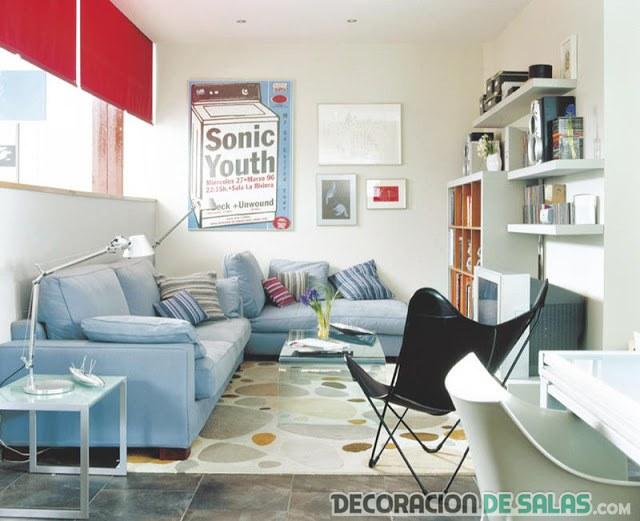 sala pequeña con sofá azul