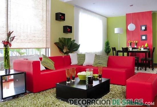 sala pequeña con sofás en rosa