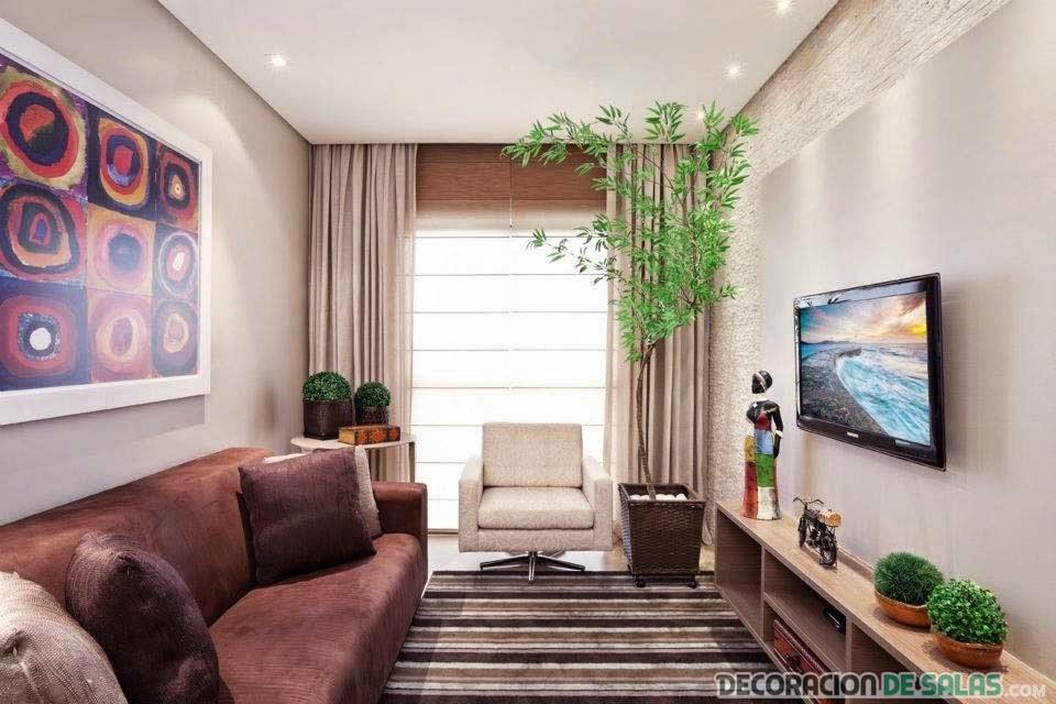 sala pequeña con televisor en la pared