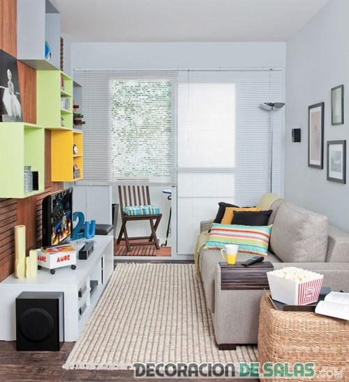 sala pequeña decorada en colores