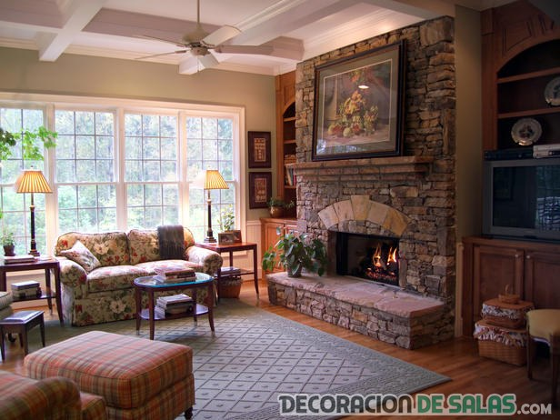 salón amplio con decoración rústica