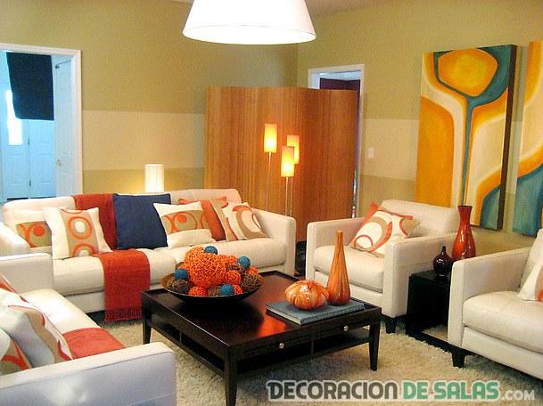 salón claro con muchos sofás