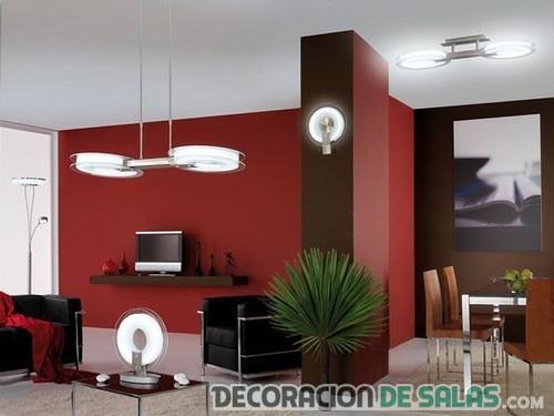 salón combinado con paredes en rojo y chocolate