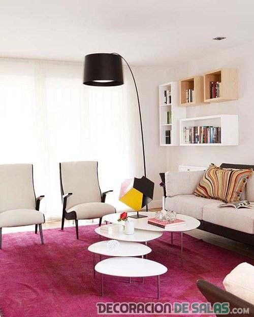 salón con alfombra en color morado
