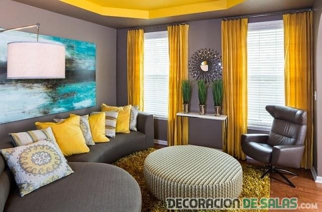 salón con color gris oscuro y amarillo para los detalles