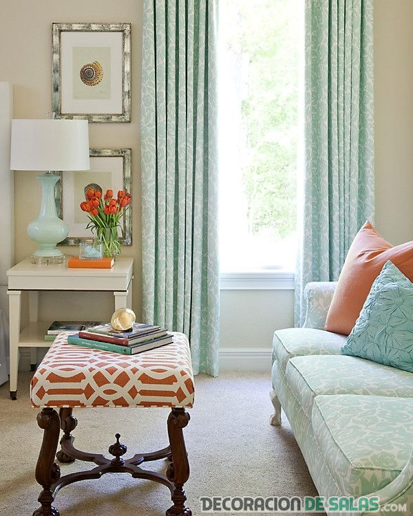 salón con cortinas aguamarina