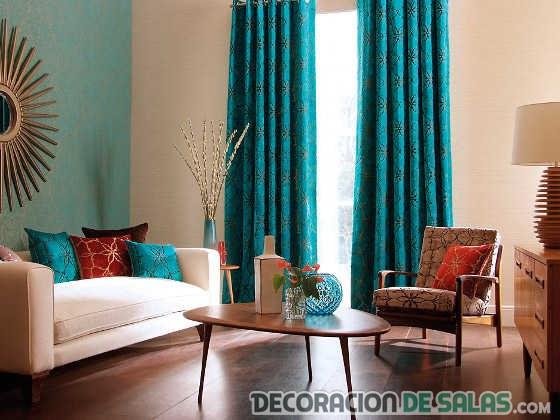 salón con cortinas azules oscuras