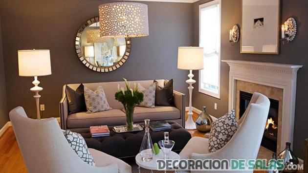 salón con decoración metálica
