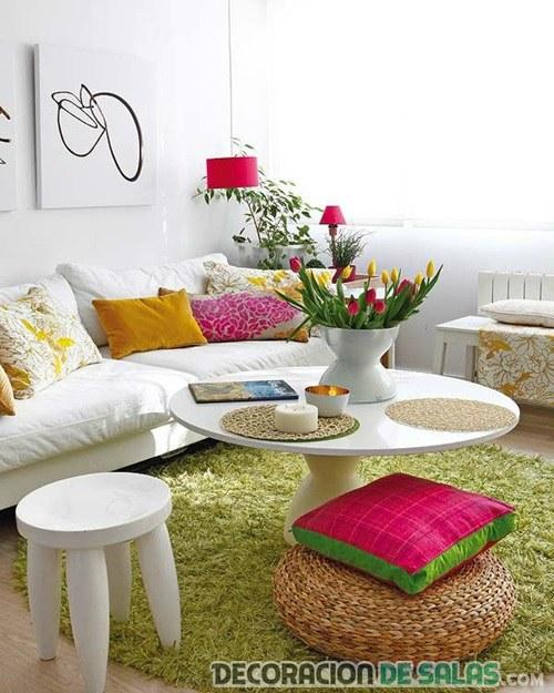 salón con decoración refrescante en verde y rosa