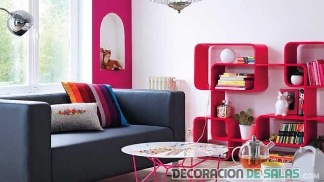 salón con estanterías en color rosa