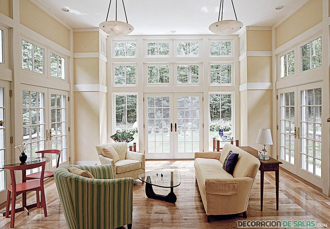 salón con luz natural y grandes ventanas
