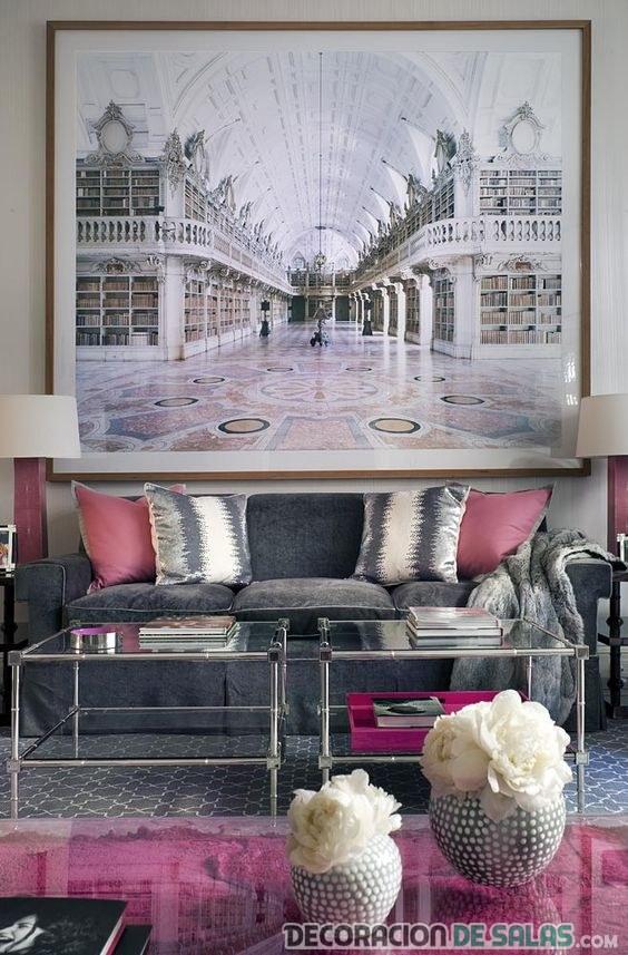 salón con mesa rosa