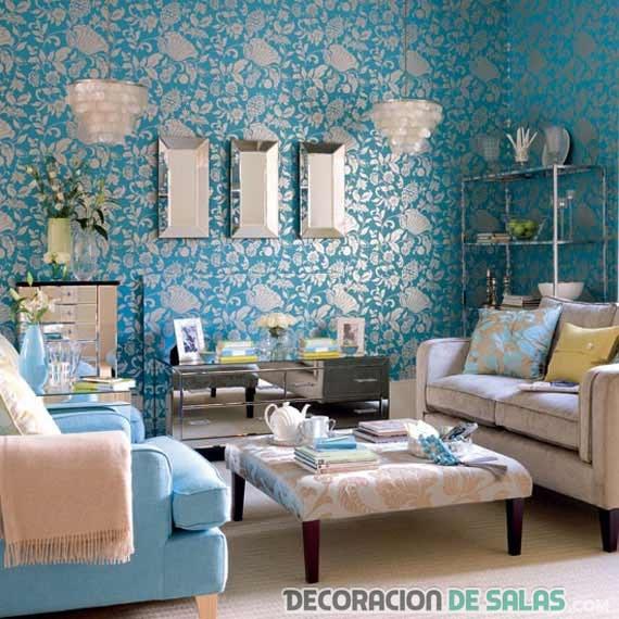 salón con papel de pared en azul combinado