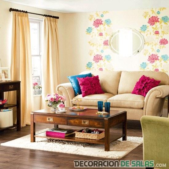 salón con pared de vinilos en color