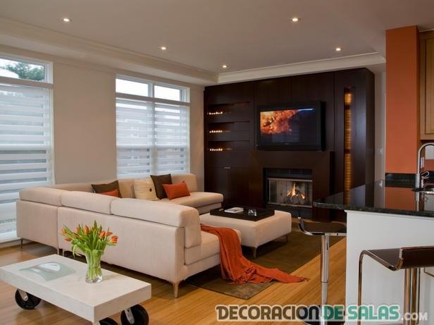 salón con pared wengue y combinación en naranja