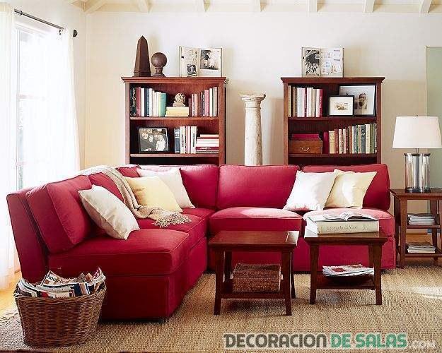 salón con sofá en color rojo
