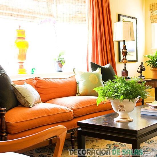 salón con sofá en naranja